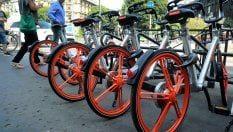 A Milano parte il bike sharing 'libero' ma non troppo: tutte le regole per prendere e lasciare le bici